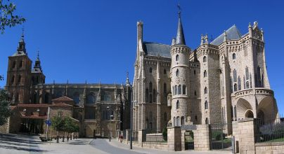 1200px-astorga_cathedral_bishops_palace_2005